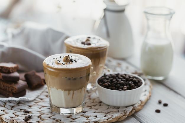 달고나 휘핑 커피, 인스턴트, 크림, 아이스 커피. 커피, 우유 및 얼음 조각과 함께 칵테일
