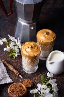 ダルゴナホイップコーヒーと牛乳、トレンディなドリンク