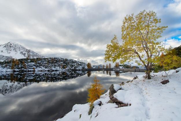 Плотина искусственное альпийское озеро осенью