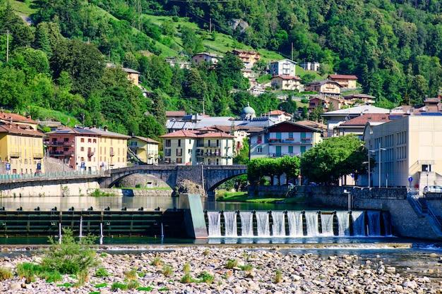 Плотина в сан-пеллегрино-терме на севере италии