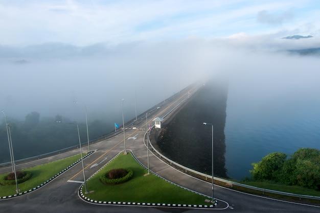 朝の霧で電気をダムします。