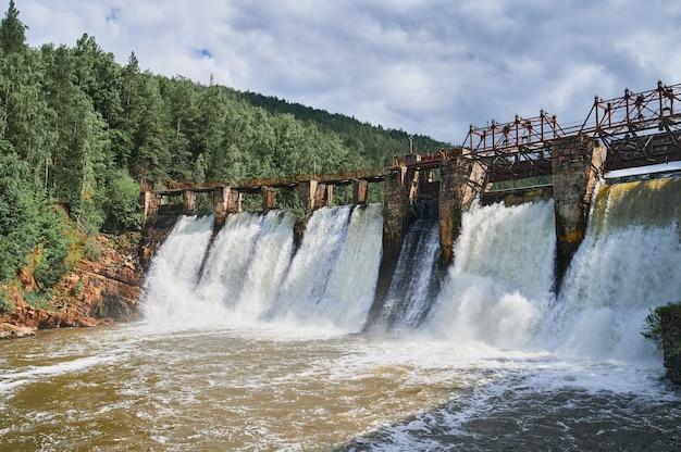 エレスマ川セゴビアスペインポンツーン貯水池の上のダム Premium写真