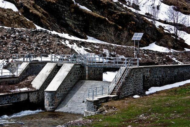 イタリア、グランパラディーゾ公園のソーラーパネル付きダム