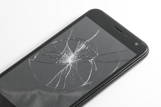 壊れたガラスで壊れたスマートフォンを損傷