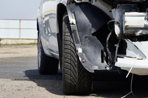 事故後の車の損傷。リアバンパーを取り外した車両