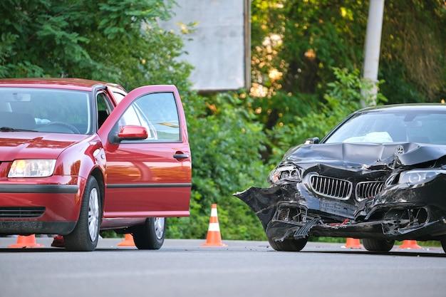 도시 거리 충돌 현장에서 충돌 후 대형 교통 사고 차량에서 손상되었습니다. 도로 안전 및 보험 개념입니다.