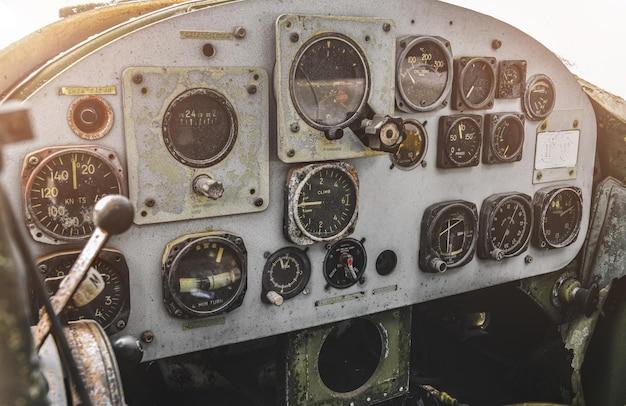 조명이 약한 손상된 오래된 전쟁 군용 헬리콥터 제어판 오두막.