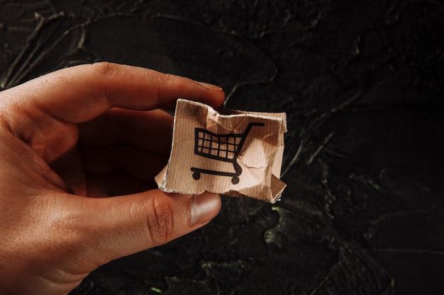 Поврежденная бумажная коробка в руке мужчины. концепция доставки. отгрузка аварии