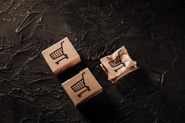 Поврежденная бумажная коробка на серой стене. концепция доставки
