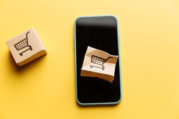 Поврежденная бумажная коробка на экране смартфона