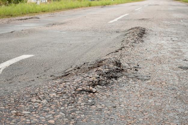 田舎の損傷した道路