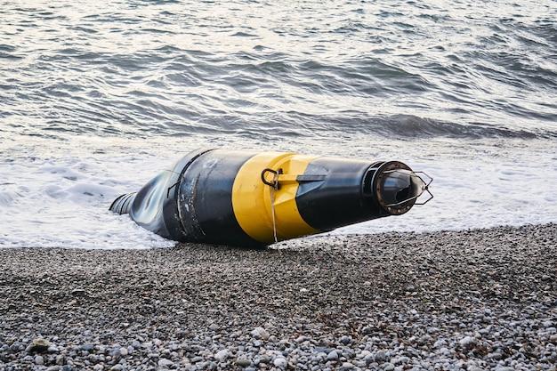 Поврежденный морской буй выброшен на берег после шторма