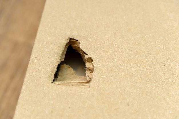 Картонная коробка повреждена, порвана, упаковка с отверстием