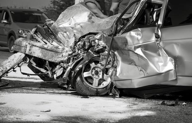 交通事故後の損傷した車両のクローズアップ。