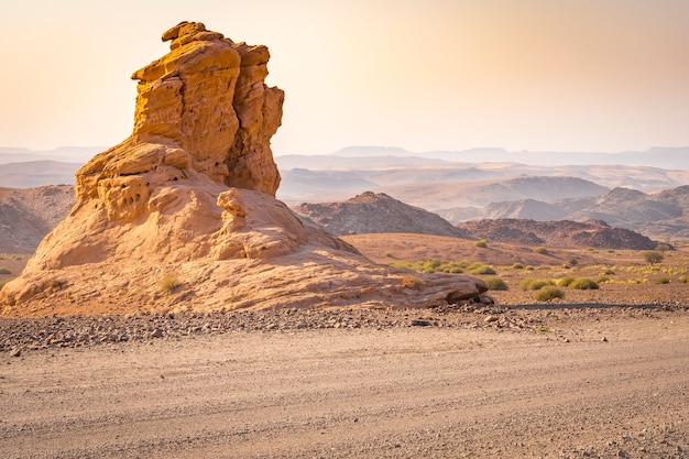 ダマラランド。ナミビアのパームワッグからトゥウェイフルフォンテインまでの砂利道。