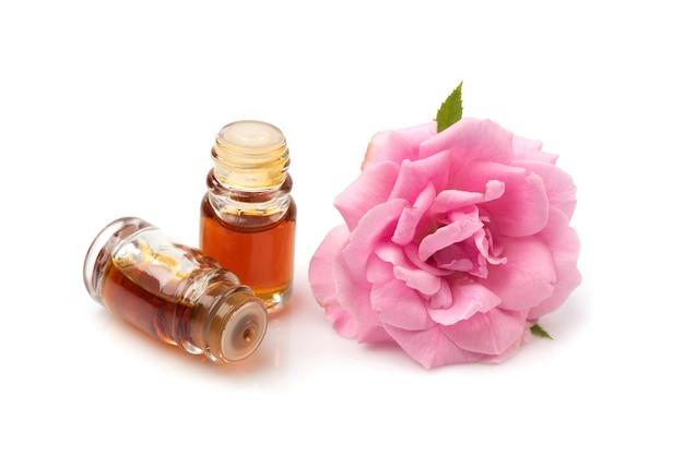 Дамасская роза и душистые, изолированные на белом.