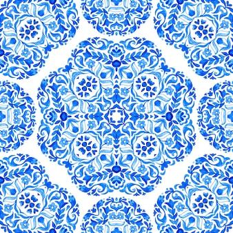 青と白のオリエンタルタイル、装飾品からのダマスク織のシームレスな水彩パターン。壁紙、背景、デザインの装飾、セラミック、ページ塗りつぶしなどに使用できます。