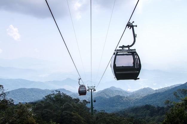 Взгляд канатной дороги на ландшафте горы на danang во вьетнаме
