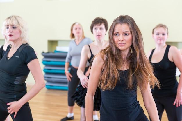 女性のためのダンスのクラスぼかしの背景