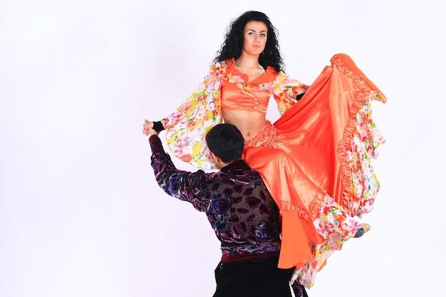 흰색에 집시 댄스 .isolated를 수행하는 댄스 커플. 복사 공간이 있는 사진