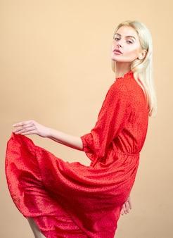 赤いドレスを着たダンスドレスゴージャスな若いダンサー
