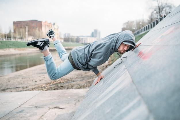 Артистка танцев, упражнения на танцах на улице. стиль современного танца. мужчина танцор