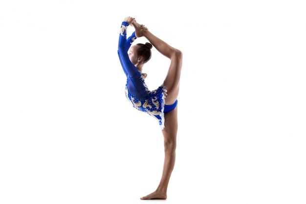 Девушка-танцовщица делает стоячие расколы