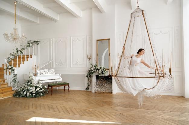 피아노 근처 샹들리에에 흰색 댄서