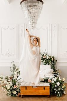 크리스탈 샹들리에 근처 흰색 드레스 댄서