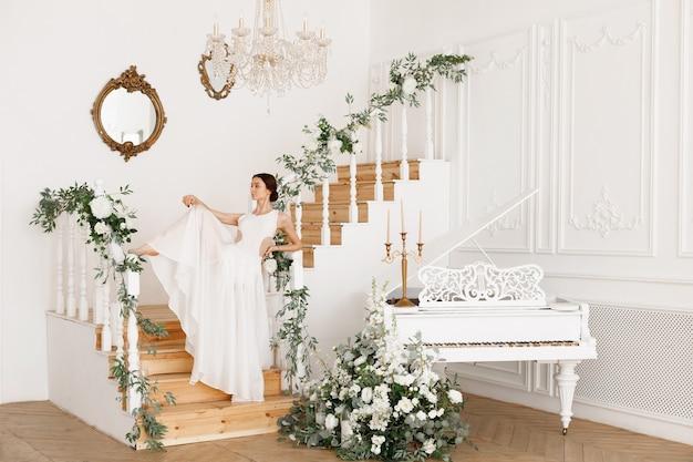 흰색 피아노 근처 흰색 드레스 댄서