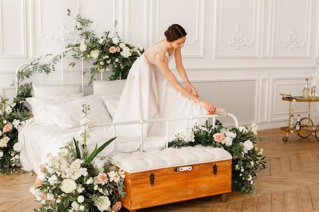 침대에 하얀 드레스를 입고 댄서 여자