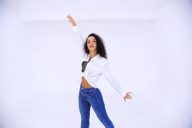 空中でジャンプするダンサーの女性