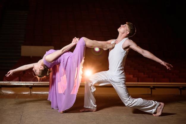 무대에서 댄서 프리미엄 사진