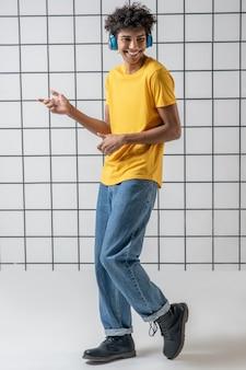 무용. 음악을 듣고 춤을 이어폰에 아프리카 계 미국인 젊은 남자