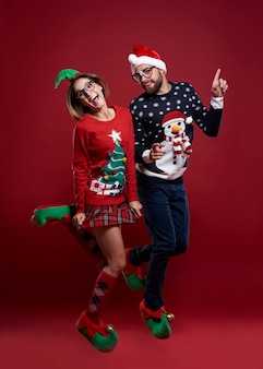 孤立したクリスマスジャンパーを踊って身に着けている