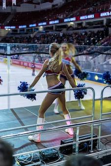 Танцующие чирлидеры по хоккею