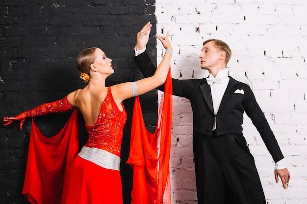 Танцующая пара возле черно-белой стены