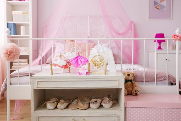 Танцующие украшения в розовой комнате