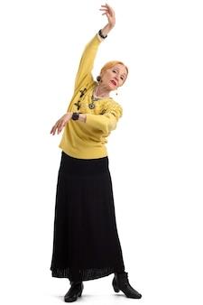 Танцующая пожилая женщина изолировала старушку на белом фоне изяществом в каждом движении