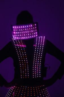 밝고 화려한 빛나는 의상을 입은 춤추는 소녀들.