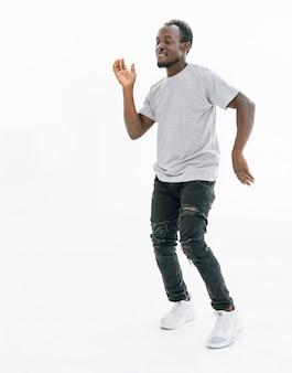 흰색 티셔츠에 춤추는 사람