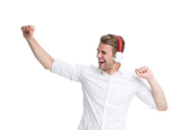 춤추는 음악. 헤드폰을 끼고 좋아하는 노래를 듣고 춤을 추는 남자. 남자의 행복한 얼굴은 흰색 배경에 격리된 음악 라디오를 듣는 것을 즐깁니다. 이어폰을 끼고 음악을 들으면서 춤을 추는 남자.