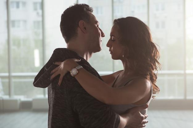 都会のキゾンバを踊りながら繋がる踊りパートナー。ダンスポーズ。ダンスパフォーマンス。