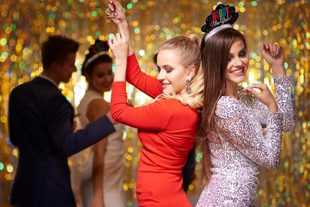 파티에서 재미 춤추는 사람들