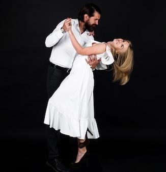 춤, 살사, 탱고. 젊은 우아한 탱고 댄서. 왈츠를 추는 커플. 사교 댄스.