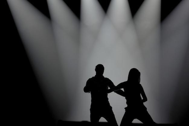 サルサを踊る