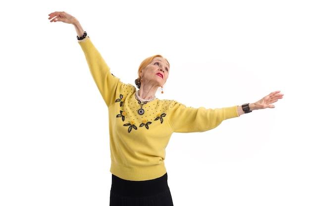 Танцующая старшая женщина изолировала дама с поднятыми руками бывшего артиста балета