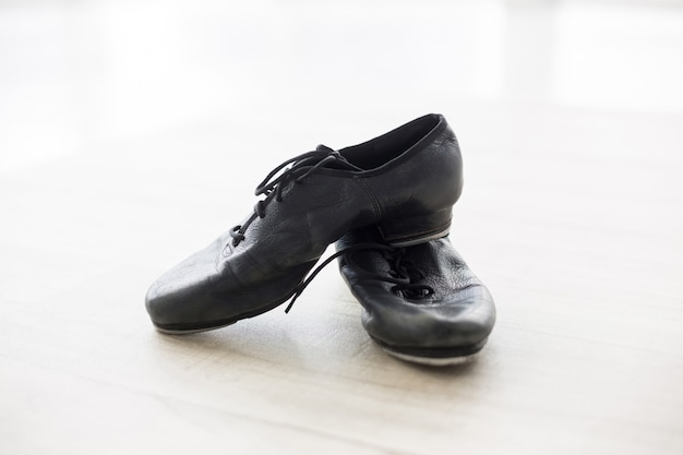 Танцующие туфли на деревянном полу