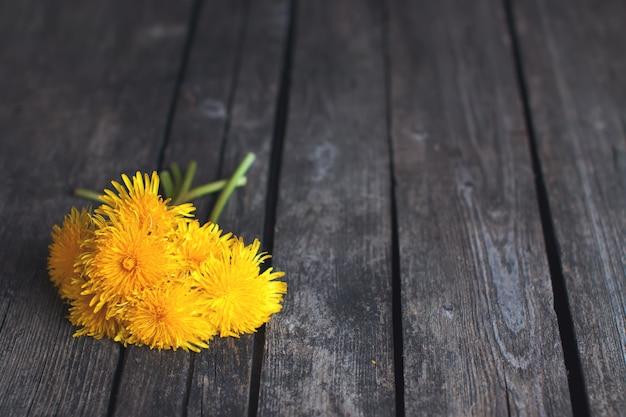 素朴な木のタンポポの花束