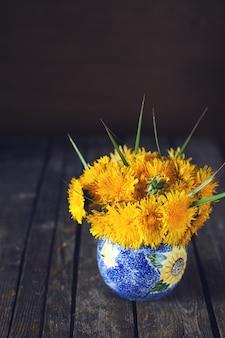 花瓶にタンポポの夏の花束